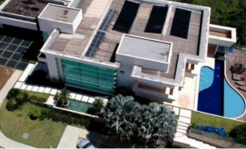 O valor da nova mansão de Flávio Bolsonaro é 4 vezes maior que patrimônio declarado por ele em 2018 (Crédito: Reprodução)