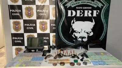 Três pessoas são presas com armas, drogas e cheques, após cumprimento de mandados judiciais