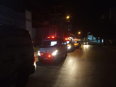 Pacientes do Hospital Metropolitano são levados para exames na Santa Casa e ambulâncias fazem fila