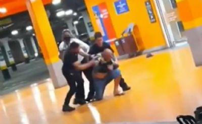 Homem negro morre após ser espancado por seguranças brancos em loja do Carrefour