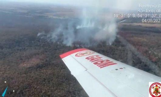 Bombeiros usam aeronave para combater incêndio na Reserva Indígena Tadarimana (Crédito: Divulgação/CBMMT)