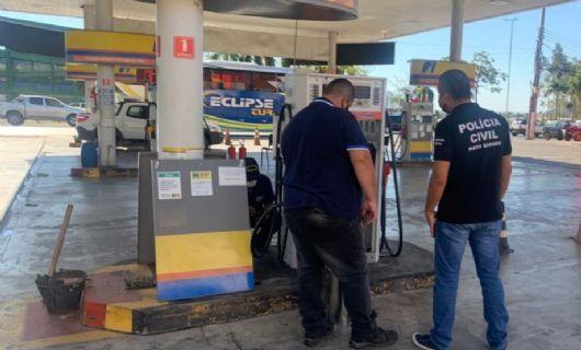 Polícia Civil e Ipem fiscalizam posto de combustível denunciado em vídeo que viralizou nas redes sociais (Crédito: Polícia Civil-MT)