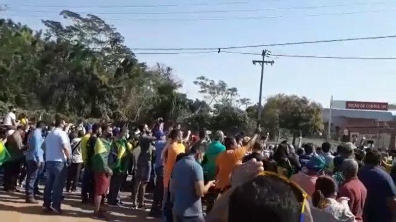 Na chegada de JB, apoiadores não poupam governador e prefeito de Cuiabá