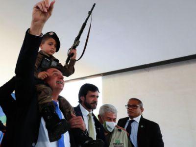 """Pediatras repudiam foto de Bolsonaro com criança com arma: """"Não é brinquedo"""""""