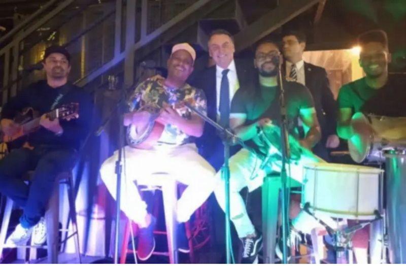 Sem máscara, Bolsonaro vai a festa com pagode