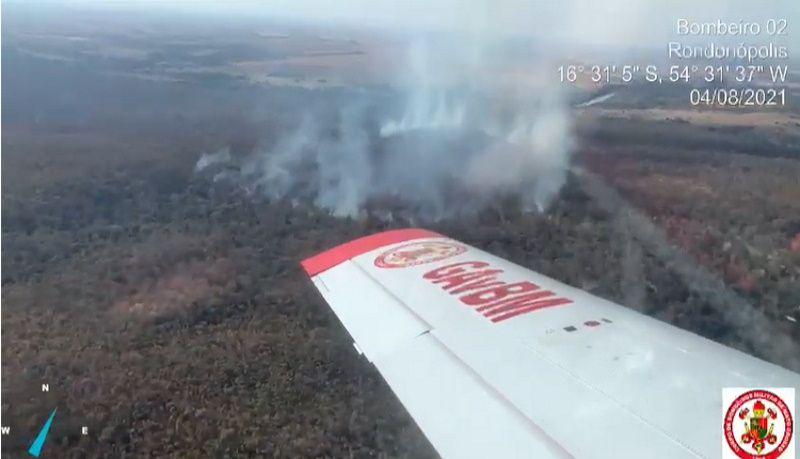 Bombeiros usam aeronave para combater incêndio na Reserva Indígena Tadarimana