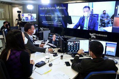 'Distritão' é criticado pelo ministro Barroso e senadores; projeto de Fávaro agrada a maioria