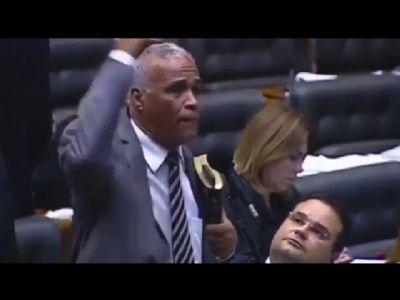 """""""PARA CONVERSAR COM DOIDO, SÓ OUTRO DOIDO"""", DIZ DEPUTADO SOBRE BOLSONARO"""