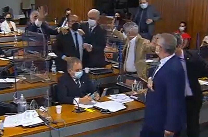 Senadores trocam insultos na CPI: