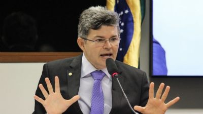 DEPUTADO IRONIZA POBREZA MENSTRUAL