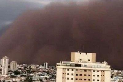 Visão apocalíptica: Nuvens de poeira avançam em cinco Estados e são alerta para extremo climático