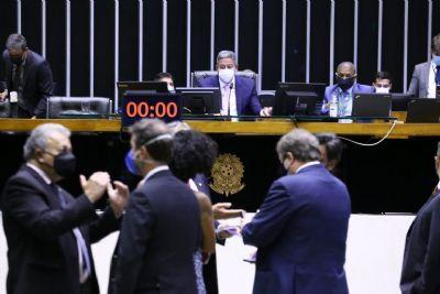 Câmara muda regras para troca de partido e proíbe divulgação de pesquisas eleitorais
